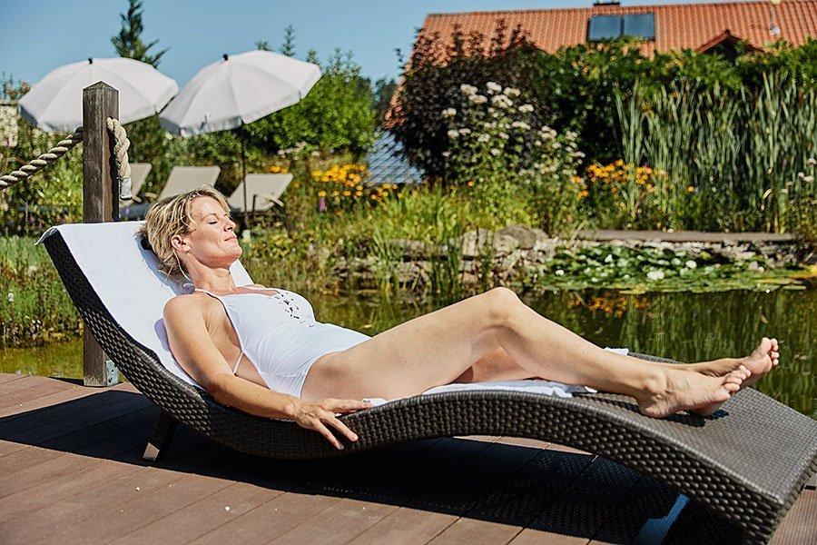 Relaxen auf unserer Liegewiese am Badeteich - Wellnesshotel Bayerischer Wald