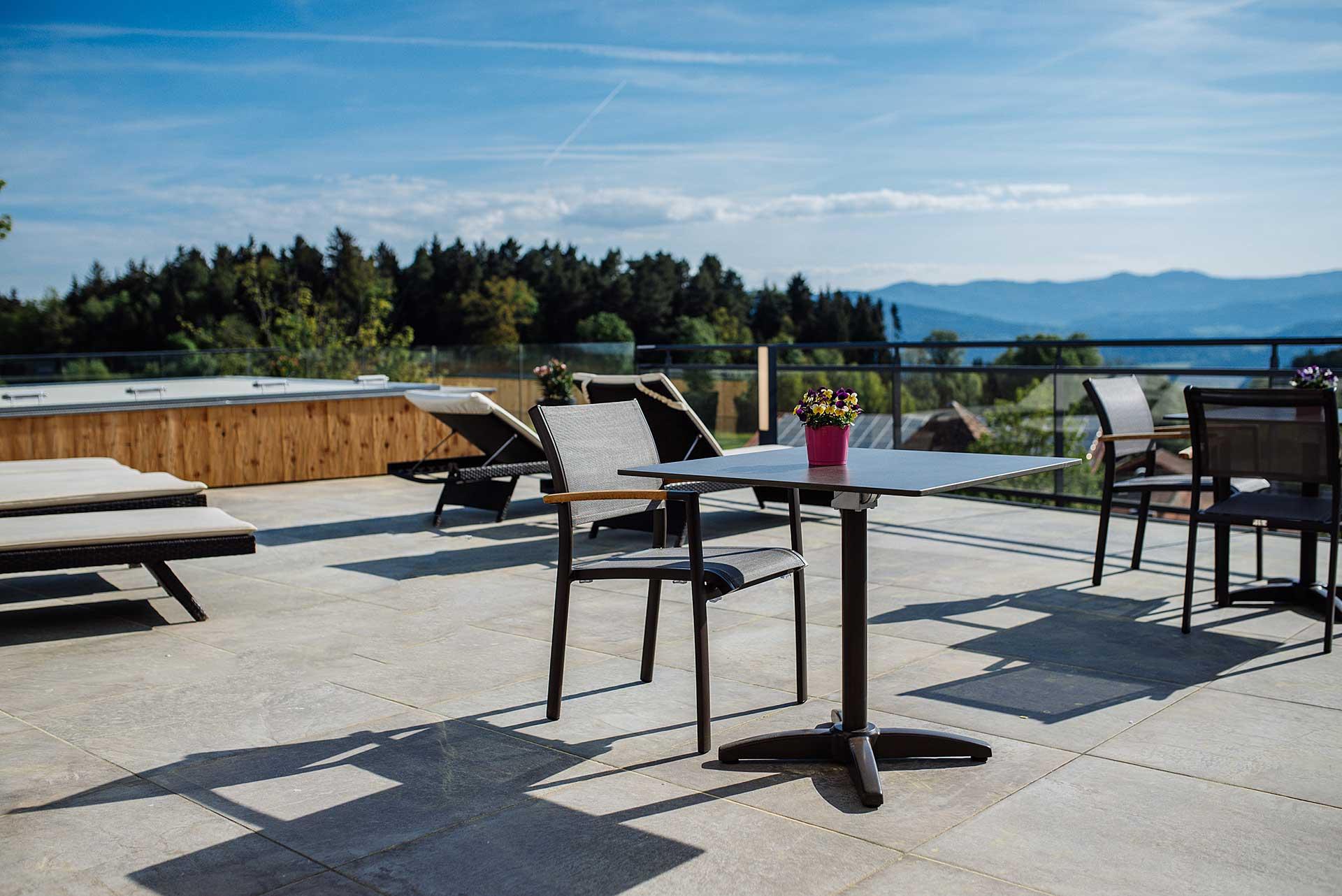 Panorama Sonnenterrasse unseres 4 Sterne Wellnesshotel im Bayerischen Wald